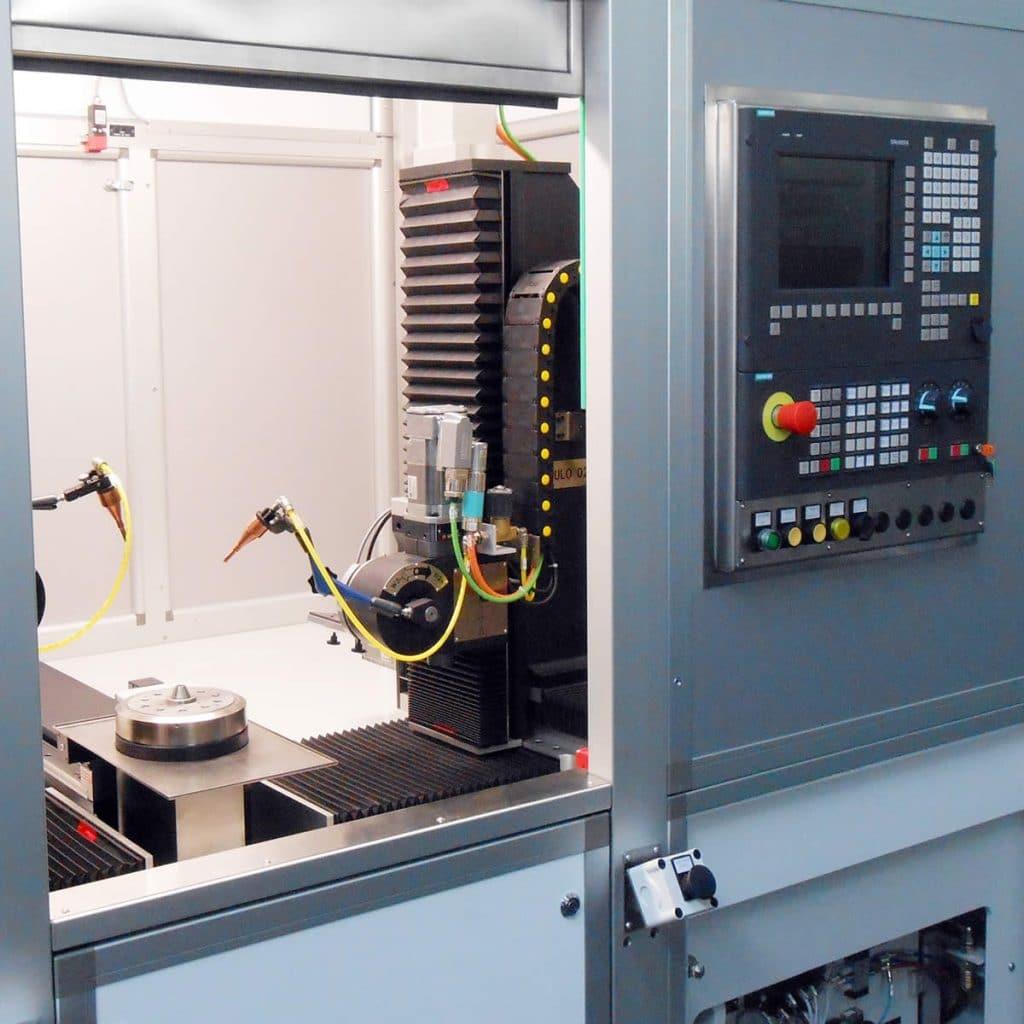 Centro di saldatura laser CNC con tavola girevole e 2 moduli triassiali contrapposti per il posizionamento nello spazio delle ottiche di focalizzazione