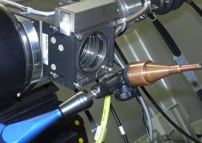 Ottica di saldatura laser con ugello orientabile per azoto montata su tavola di posizionamento angolare